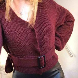"""Stickad tröja från Linn Ahlborg x NAKD! Med ett """"skärp"""" över midjan och knapp stängningar fram. Säljes pga jah aldrig snvänder den längre :) superbra skick, storlek XS men sitter ganska pösigt & jag har oftast S annars! Köpare står för frakt💓"""