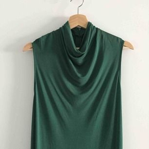 Jättefin smaragdgrön, vadlång klänning. Tungt material med fint fall i 100% viskos. Endast använd på 2 bröllop.  Betalning sker med Swish. Kan hämtas upp på Södermalm eller i Hökarängen, Stockholm.