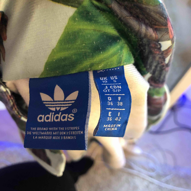Jättecool tracksuit jacka från Adidas inköpt på Caliroots🥰frakt tillkommer💫. Jackor.