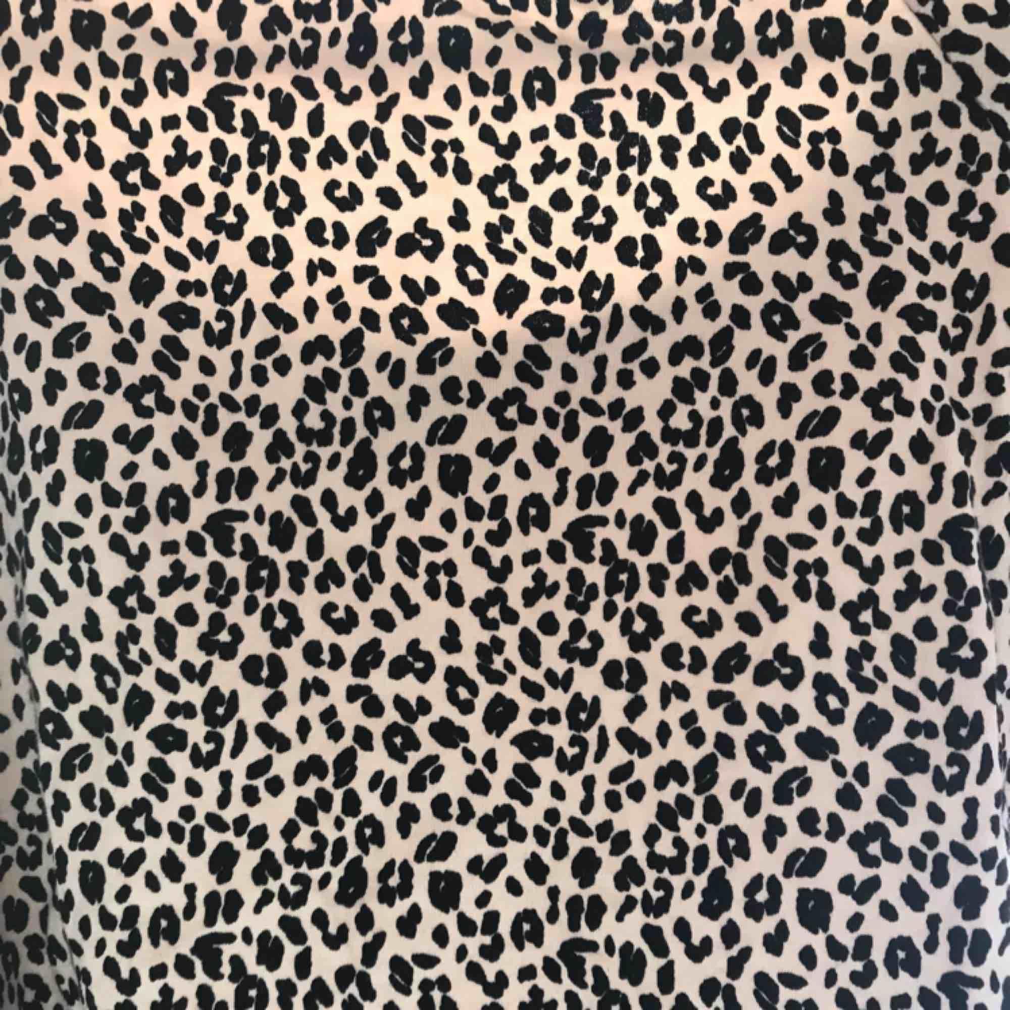 Superfin Leo tröja från Gina 😻✨(OBS DEN E BEIGE) det står strl M, men den är verkligen liten!! Korta armar o i magen, jag skulle säga Small!💞 pris kan diskuteras! Nyskick✨ passar XS till M beroende på hur man vill ha den som!. Tröjor & Koftor.