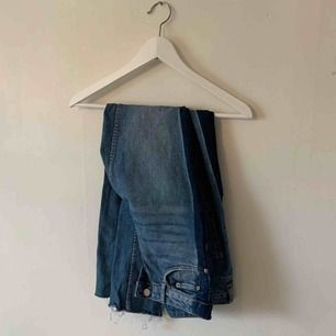 Fina byxor från Gina tricot. Passar både storlek 36/38. Frakten (spårbar) ligger på 63kr 🥰