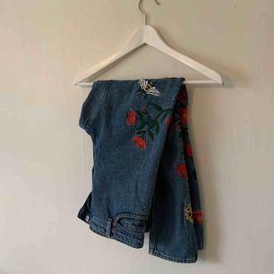 """Ett par superfina kimono byxor från monki med blommor och humlor på! Passar mig som är 38/28"""" men passar även en 36/27"""". Spårbar frakt på 63kr tillkommer 🤩"""