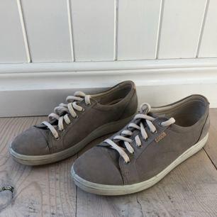 Sneakers i äkta mocka från Ecco i fint skick. Lite använda.