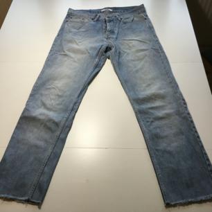 Ljusa, lätt och sköna jeans i storlek 29. Passformen är lite baggy och lite tapered.