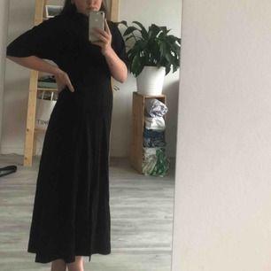 asså svårt att få den på bild typ? men den är så himla fin!! de är en klänning från arket med slits mitt fram och en liten öppning i ryggen. figuren blir heelt perfekt i denna klänningen! helt oanvänd och köptes för ca 700kr.