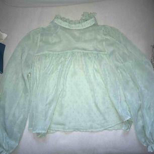 Blus i mesh tyg från gina tricot i strlk 34. Super fin men används tyvärr ej. Köpare står för frakt.