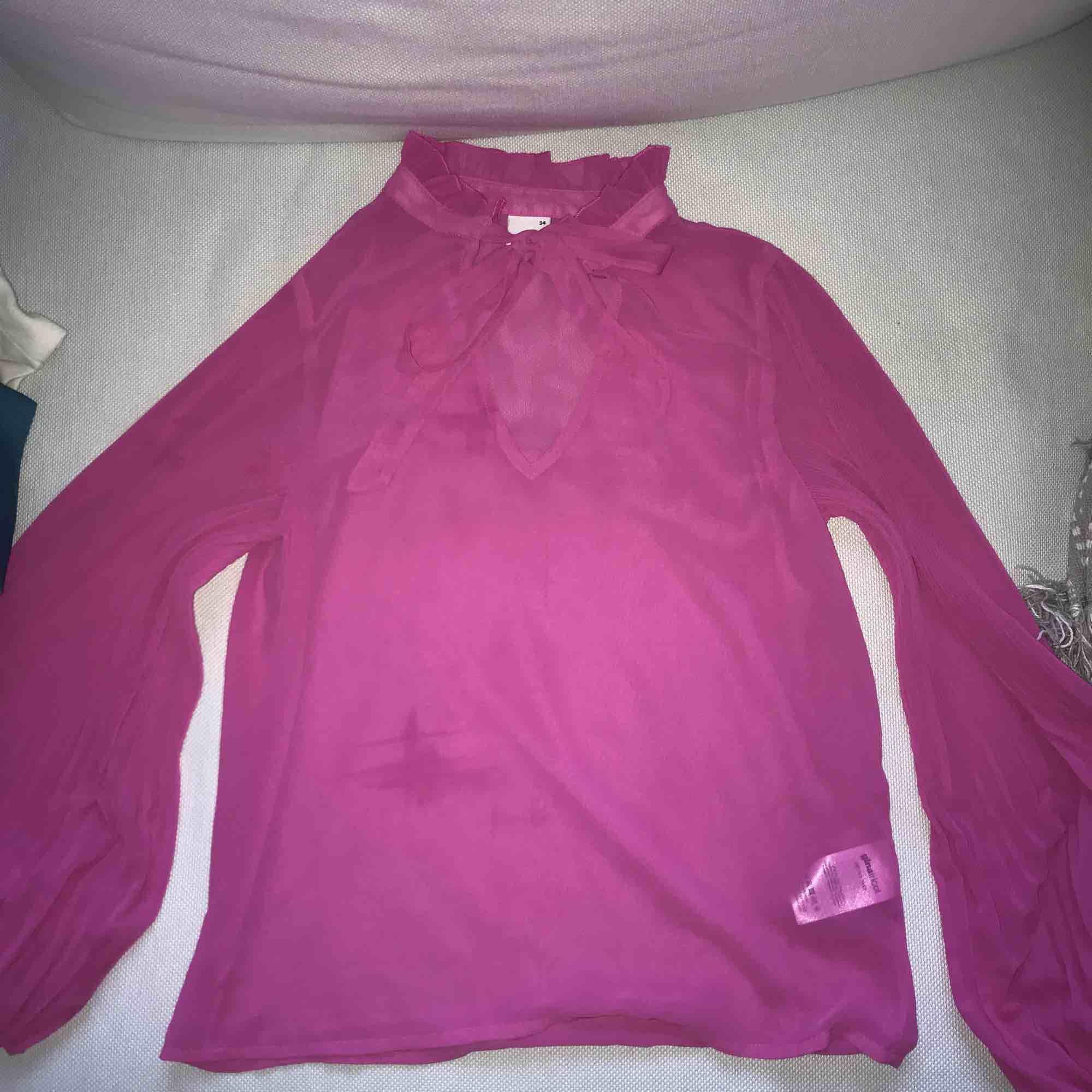 Blus från gina tricot i mesh material med balong armar i strlk 34, köpare står för frakt. Blusar.