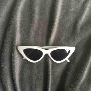 Ett par as coola solbrillor! Dom är som nya. Kontakta mig ifall du har några frågor eller är intresserad!