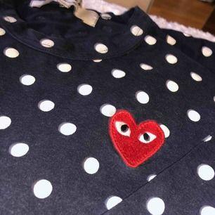 Säljer min äkta CDG tröja! Mörkblå med vita prickar :) Så najs tröja men passar inte min stil längre. Köpt från Farfetch! Köpare står för frakt💓