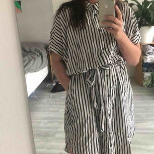 Kanske sommarens härligaste klänning men som dessutom fungerar som typ kimono eller sjok att ha på hösten över en snygg polo typ? Storlek l men gå verkligen att ha även om man är en s/m också!