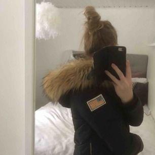 Svea vinterjacka i strl xs (stor i storleken)  Luvan är stor, ej äkta päls vad jag vet. Köpt för ett år sedan, använd under en vinter. Är i bra skick. Köparen står för frakten  Dåliga bilder för min kamera är sprucken, men skriv om ni vill ha bättre!