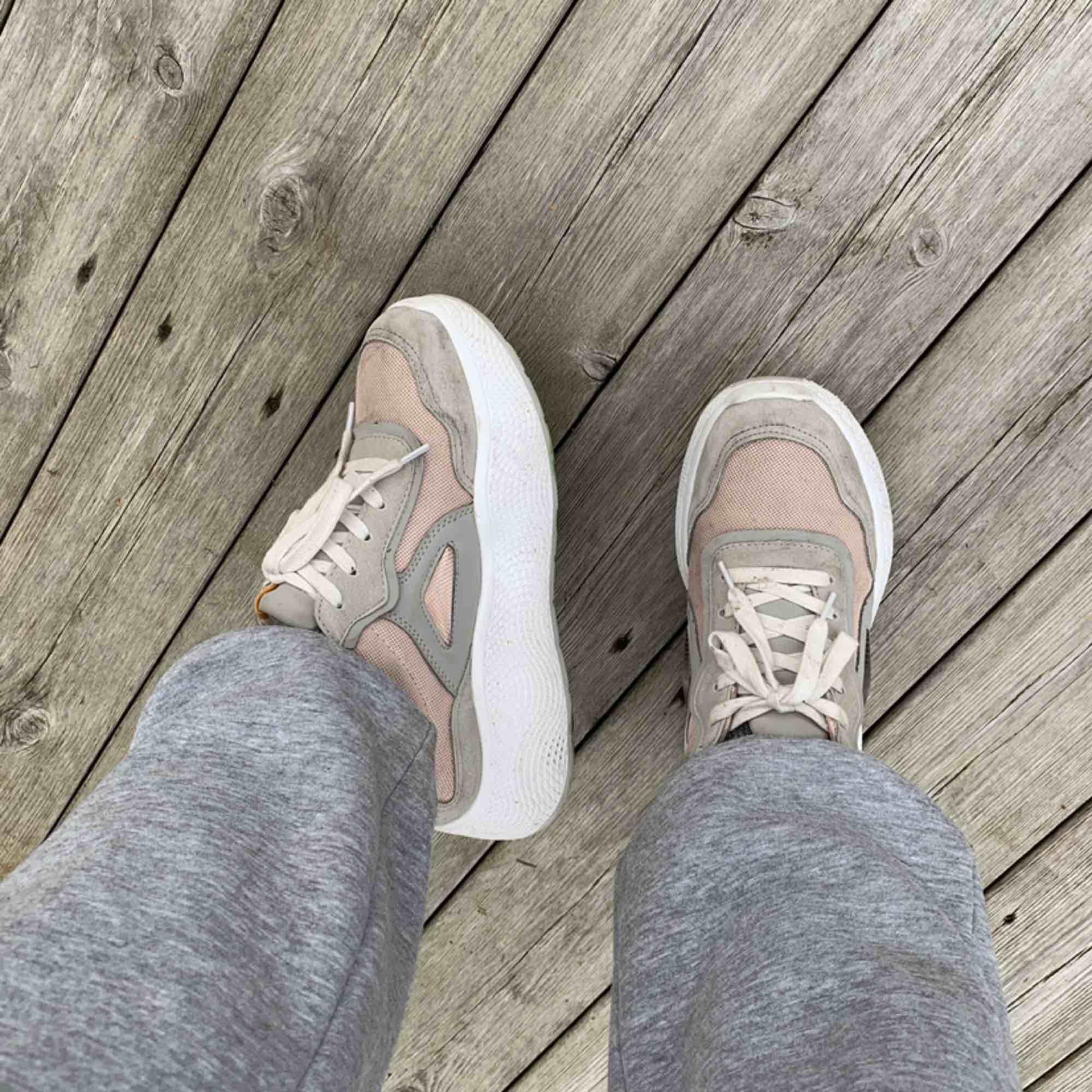 Sneakers från ZARA, nypris ca 500. Köparen står för frakt eller upphämtning i gbg. . Skor.