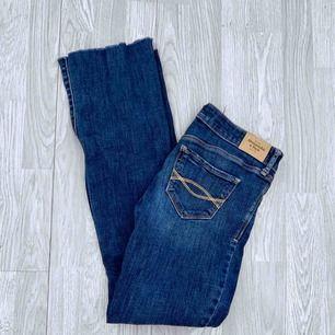 Mörkblå jeans från Abercrombie & Fitch storlek W25/L31.  Använt skick, har småfläckar fram.  Frakt kostar 59kr extra, postar med videobevis/bildbevis. Jag garanterar en snabb pålitlig affär!✨ ✖️Fraktar endast✖️