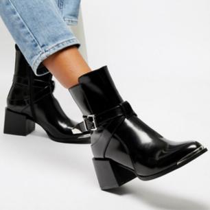 Ursnygga boots med tjock klack, tight dragkedja och coolt spänne. Lätta att gå i och i mycket bra skick, enda att anmärka på är litet slitage på insdan av ena skon (se bild tre). Syns ej när skorna är på!  Spårbar frakt 63kr🌻