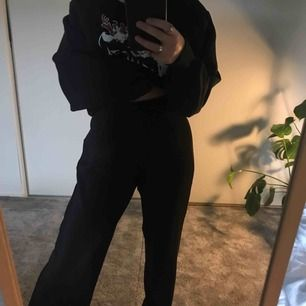 Ribbade svarta byxor