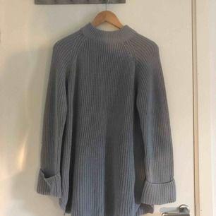 Lång grå stickad tröja i bra skick, sitter som en klänning