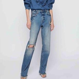 Säljer dessa populära jeansen från Zara i storlek 38! Helt slutsåld på hemsidan! Byter även mot samma byxa fast i storlek 36!