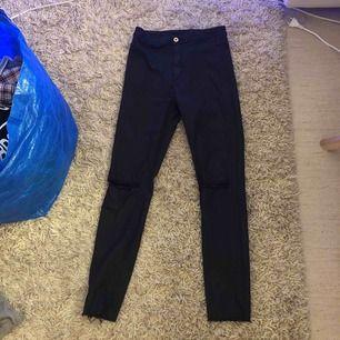 Jättefina högmidjade stretchiga jeans med en vaxad yta🥰 de har hål på knäna, och är lite leggingsaktiga, så de har inga bakfickor💫