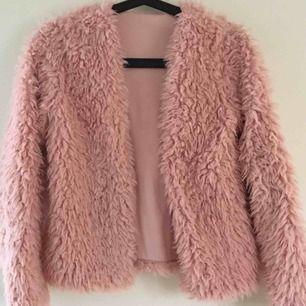 en rosa pälskofta/jacka från Gina tricot i storlek xs, knappt använd