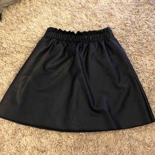Helt oanvänd kjol från vila i skinnimmitation🥰