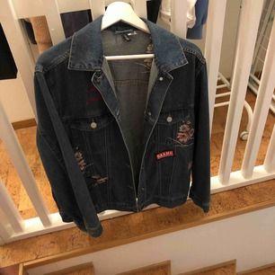 En oversized jeansjacka från H&M med brodyr🥰