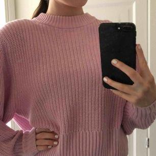 Stickad rosa tröja från Monki i superbra skick! finns i Malmö, annars står löpare för frakt 💘