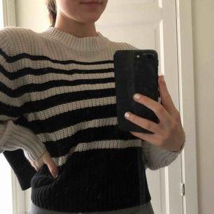Svart/vit randig stickad tröja i superbra skick från Monki! finns i Malmö, annars står löpare för frakt 💘
