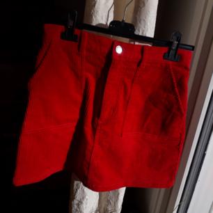 Röd corduroy kjol från Monki. Den är Sparsammt använd och i fint skick. Den är för liten för mig så den ser alldeles för tajt ut på sista bilden. Den är så kallad