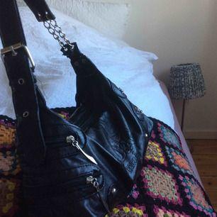 Säljer denna fina väska från humana den är lite sliten på några ställen men relativt stor och rymmer mycket!!
