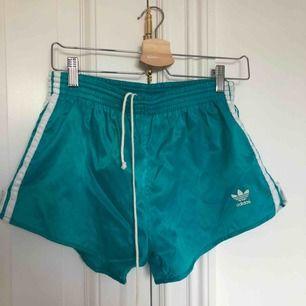 vintage adidas shorts💕 har funnits ett inre lager shorts som är bortklippta! annars super kvalite:) passar strl 34-38 🌸 priset är exklusive frakt