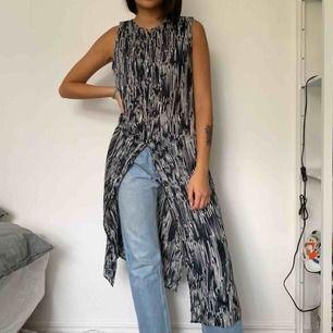 Klänning med slit från weekday! Kan ha över svarta tighta jeans!🖤💙