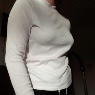Vit ribbad långärmad tröja från Monki. Sparsammt använd så i fint skick. Den är lite genomskinlig men med en hudfärgad bh så är det inga problem!