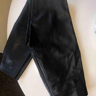 ASBALLA kostymbyxor i skinn från Zara. Sväljdes då dom e försmå tyvärr :(((((