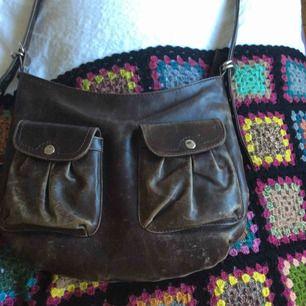 Säljer denna bruna skin väska, den är rymlig och man får plats med mycket, rensas ut då den inte används så mycket av mig