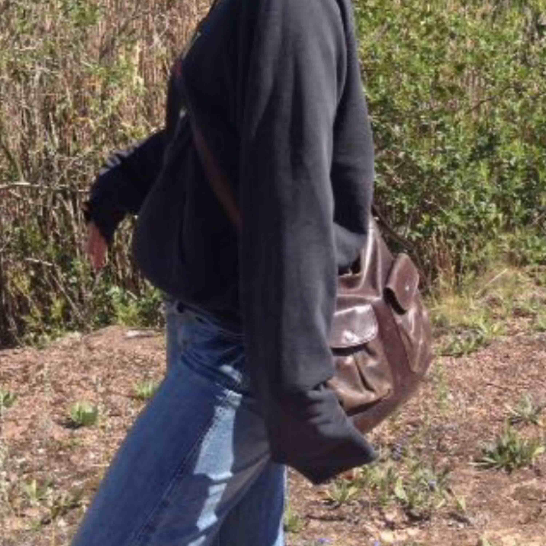 Säljer denna bruna skin väska, den är rymlig och man får plats med mycket, rensas ut då den inte används så mycket av mig. Väskor.
