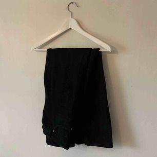 Svarta jeans med rak passform och high waist från monki. I befintligt skick. Frakt (spårbar) på 63kr tillkommer 🥰