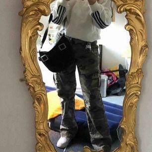 Säljer ett par militär jeans, skulle säga att de är i S/M jag har i vanliga fall s/m å sitter bra på mig