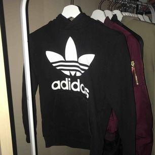 En jätte snygg adidas hoodie i stolek M i barn men skulle säga en XS. Väldigt bra skick. Frakt tillkommer :)