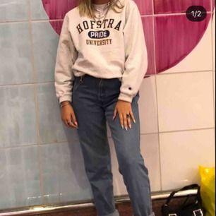 Säljer ett par mom jeans som är köpta från beyond retro så lite oklart med storleken men skulle säga ca s/m