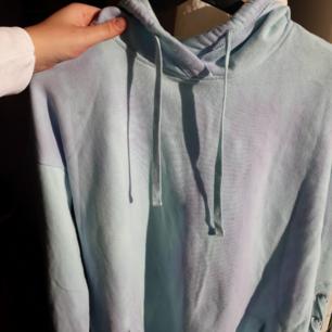 Oanvänd hoodie klänning från hollister. Den är köpt i Frankrike, därför är priset på prislappen i euro. Den har luva, fickor och en fin detalj på sidan av ärmarna.