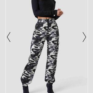 Säljer dessa cargo pants från Ivana Santacruz X NAKD🥰 De är svarta men är som de på bilden! Ursprungspriset är 500kr, använda max 2ggr💕