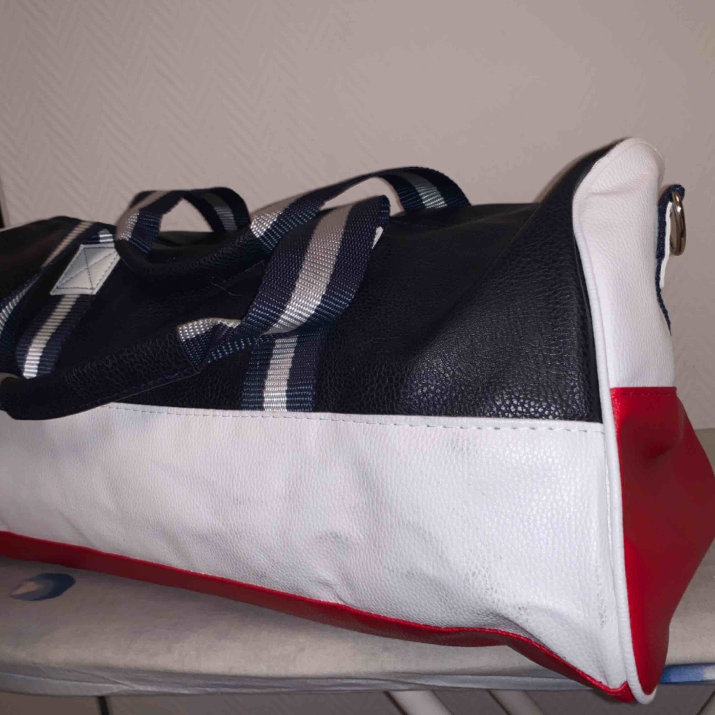 Oanvänd Tommy Hilfiger Sport Väska (A1 Kopia)   Köparen betalar Frakten 63kr . Väskor.