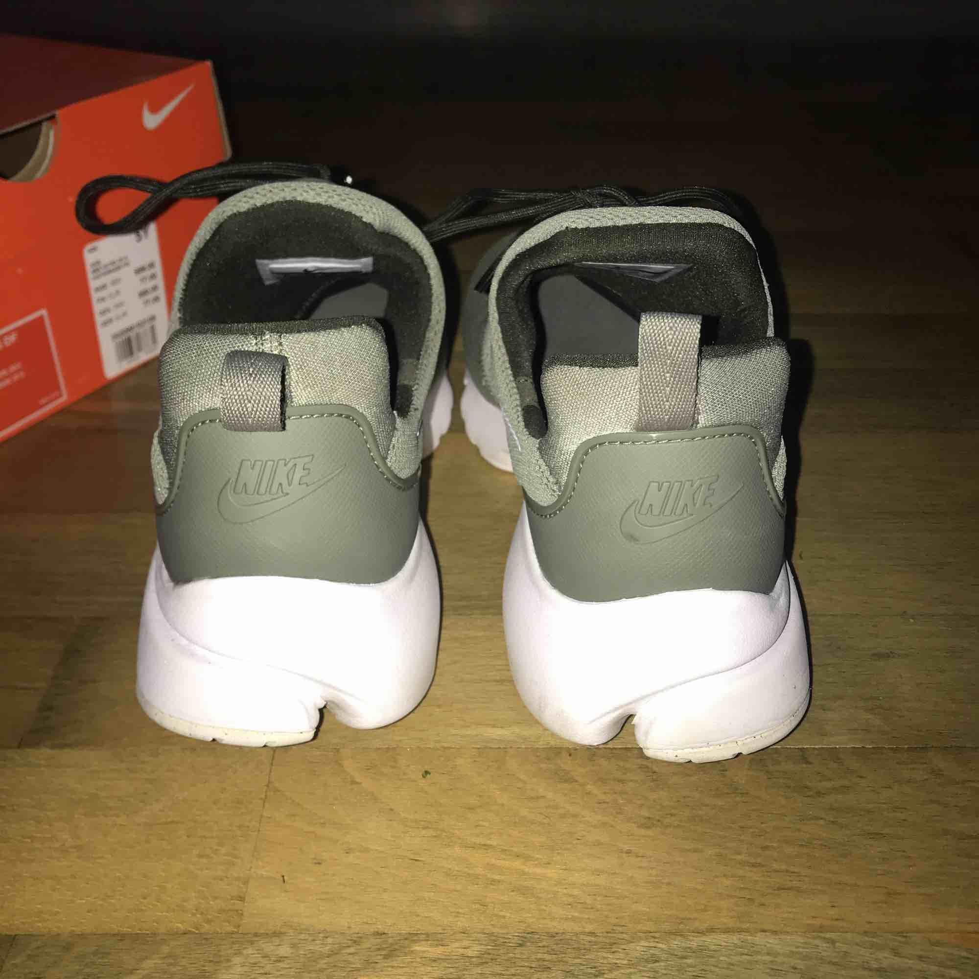 Ett par ljus gröna Nike skor som endast är använda 1 gång, sköna att gå i, Original pris 800!. Skor.