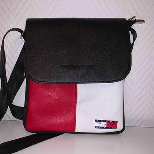 Oanvänd Tommy Hilfiger Jeans axel väska. ( A1 Kopia)   Köparen betalar frakten på 63kr