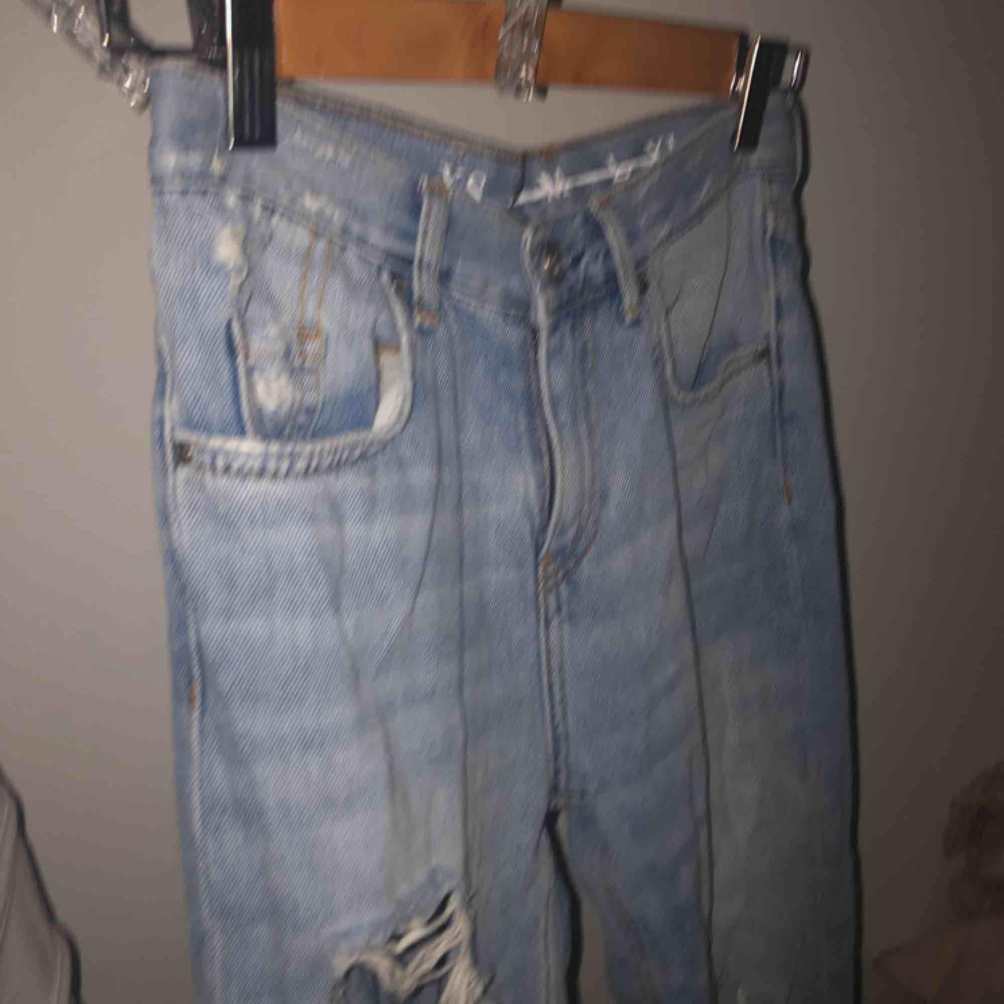 Ett par skitsnygga håliga jeans från bikbok, nypris 600, nästan oanvända.  storlek XS. Säljer för att dom är för små till mig. Kontakta om du har intresse eller frågor💕. Jeans & Byxor.