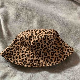 En fiskehatt/buckethat i leopard mönster men man kan även vända den och då kan man klippa lappen om jag vill! Använd 1 gång men passa inte mig :( kan mötas upp i Stockholm eller söder, kan frakta men köpare står för frakt