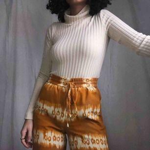 Eleganta byxor i den finaste färgen 🧡 Sitter så otroligt fint och skönt + fickor finns! Frakten är inkluderad 🥰