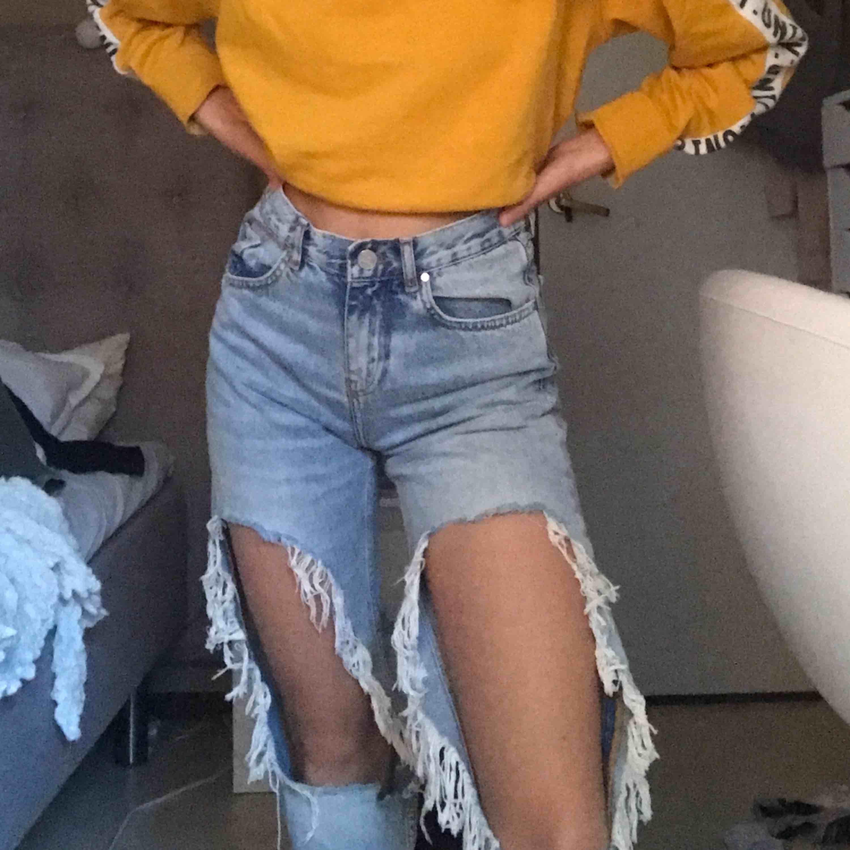 Min favoritbyxor från bikbok. Ett par ljusblåa momjeans med kolla hål på benen. Väldigt bra skick. Frakt tillkommer :))). Jeans & Byxor.