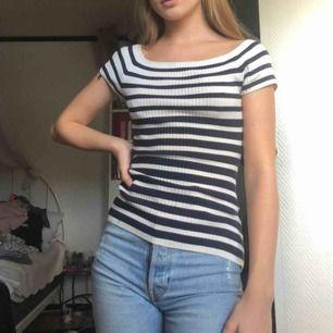 Super snygg figursydd ribbad tröja från H&M