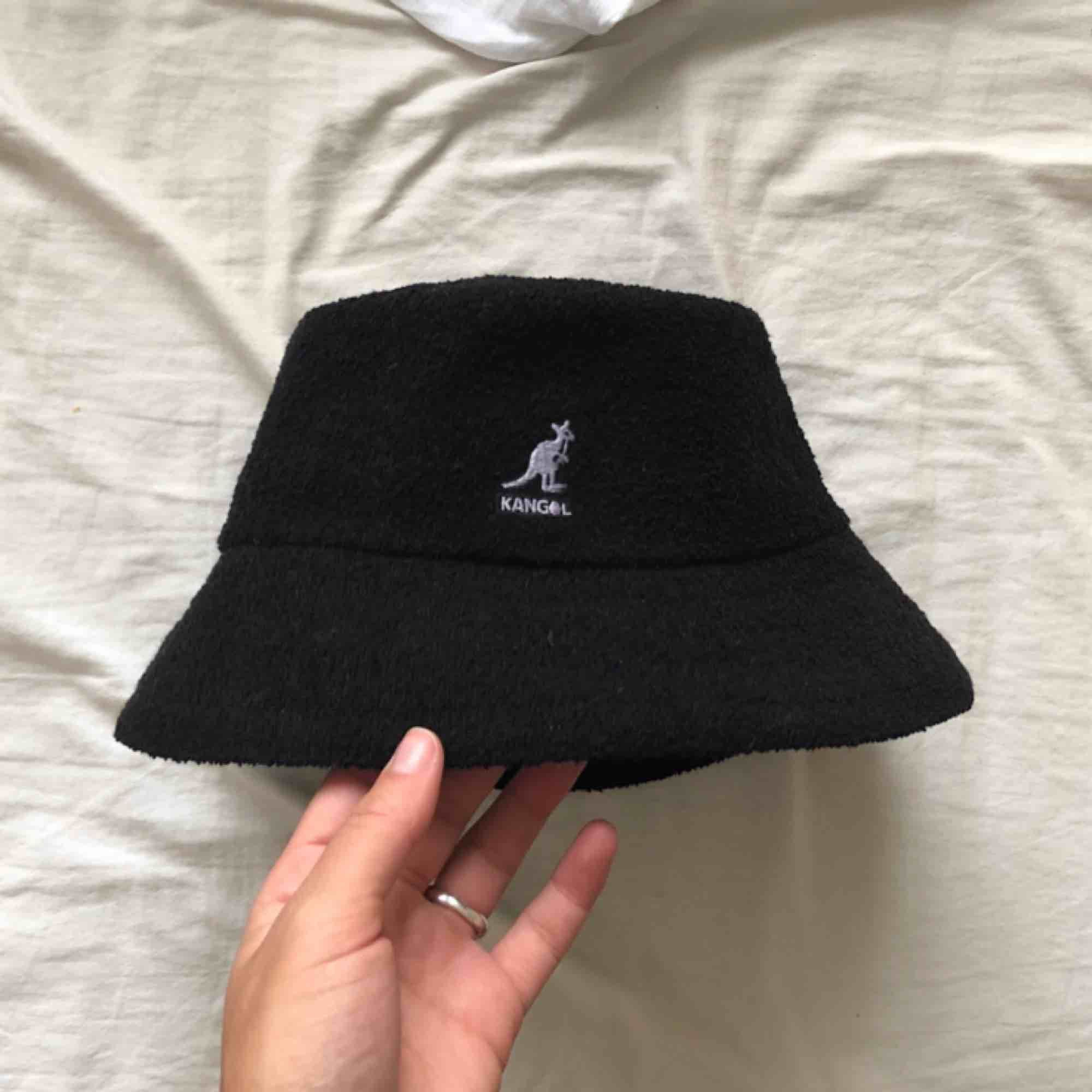 Äkta kangol bermuda bucket hat med ljuslila känguru. Storlek S, använd en gång. . Accessoarer.